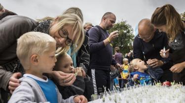 Sundhedssnack. Spinatjuice til Madmodsløb i Kgs. Have, hvor børn inviteres til at prøve sanserne af, men også mærekvareinddoktrineres lige lovlig meget ved det ledsagende Arla Food Fest.