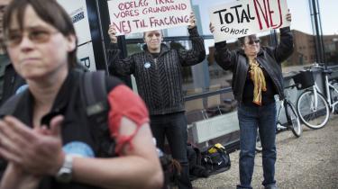 Det franske selskab TOTAL's prøveboringer efter skifergas i Nordjylland er ikke populære hos blandt andre lokalbefolkningen. Billedet er fra en demonstration foran Rådhuset i Frederikshavn tidligere på sommeren.