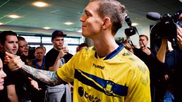 Hjemkomst. Daniel Agger modtages af Brøndbys tilhængere.