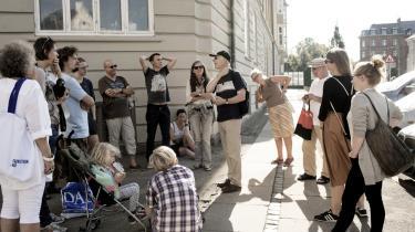 En lille gruppe skal på vandring i byrummet mellem ambassaderne og tale om internationalt diplomati og undtagelser fra loven. Her over for Ruslands ambassade.