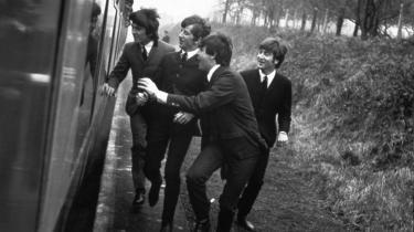 'A Hard Day's Night' fanger Beatles på et tidspunkt, hvor de stadig har det sjovt med både berømmelsen og hinanden; omfanget og varigheden af fænomenet kunne ingen forudse og de fleste (inklusiv gruppen selv) var af den overbevisning, at Beatles-fænomenet havde en, højst to sæsoner at løbe på.