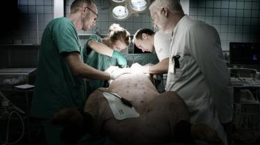 Operation. Kirurgerne er i gang med at lave en hjerteoperation på en gris på Skejby Sygehus. Grisen er på mange måder det, dyr, der fysisk ligger tættest på mennesket.