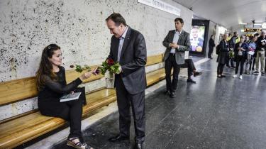 Socialdemokraternas leder Stefan Löfven deler blomster ud på en tunnelbanestation i Stockholm. Som meningsmålingerne ser ud op til valgdagen i morgen, tyder meget på, at Stefan Löfven vil tabe valget, men vinde magten – ligesom Helle Thorning-Schmidt gjorde i Danmark.