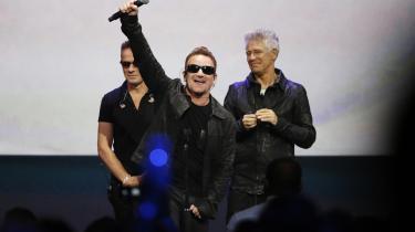 Bono (i midten) fra U2 hilser på publikum, efter at bandet gav smagsprøver på deres nye album ved Apples lanceringsfest den 9. september.