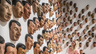 Nogle af værkerne på udstillingen 'Unendlicher Spaß' har selvet i fokus, eksempelvis de 250 gummimasker, som alle er modelleret over værkets kunstner, Maurizio Cattelan.