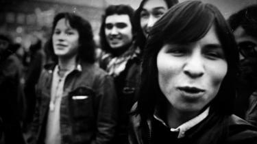 Det grønlandske band Sume med forsangeren Malik Høegh i forgrunden skabte sensation i begyndelsen af 1970'erne, da de som det første grønlandske rockband satte lyd på kolonimagtens overgreb. På grønlandsk. Nu bliver bandet vækket til live igen i dokumentaren 'Sume - lyden af en revolution', som bliver vist på filmfestivalen Greenland Eyes, der i løbet af de kommende syv dage med mere end 20 film skal give et billede af, hvad Grønland er – og ikke mindst hvad grønlandsk film er