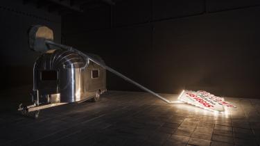 Værket 'Welcome' fra 2014   Et væltet aluminiumslysskilt fra Las Vegas, en galvaniseret metalpæl, beton, en aluminiums- campingvogn, glas, stof, gummi.
