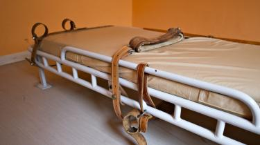 Danske fængsler benytter  stadig bæltefiksering af fanger til trods for en direkte kritik af det for seks år siden af Europarådets Komité til Forebyggelse af Tortur (CPT). Her en celle med et leje til fiksering af fanger fra Horsens Statsfængsel.