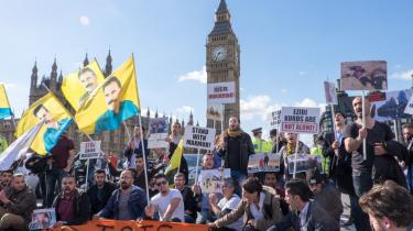 En gruppe kurdere demonstrerede i går mod IS på Westminster Bridge foran det britiske parlament i London.