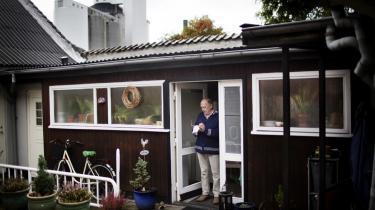 Bent Vinn Nielsen bor i Nykøbing Falster i baglokalet til en gammel glarmesterbutik. 'Blyruder', står der på facaden. Han skriver hele tiden – når han ikke spiser eller sover.
