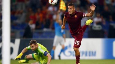 Scoring. Francesco Totti sender bolden forbi CSKA Moskva' målmand, Igor Akinfeev, under sidste uges Champions League-opgør på det olympiske stadion i Rom. Kampen endte 5-1 til romerne.
