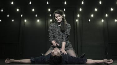 Tilde Maja Frederiksen overvejer, om hun egentlig ønsker at blive gravid, mens kæresten Thomas Hwans støtter hende i det – og i det modsatte – i Husets Teaters langstrakte forestilling Ilt.