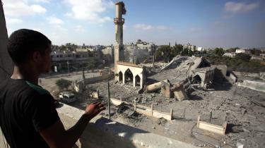 Muslimer og kristne har ikke været så meget på kant med hinanden, siden arabernes erobringsfase fra det 7.-11. århundrede, mener kronikøren. Palæstinensisk ung mand kigger ned på ruinerne af Omar Ibn Abd al-Aziz-moskeen i Gaza-striben i byen Beit Hanoun i august.