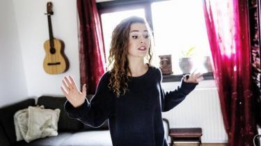 16-årige Iris Poparic er rapcoach på netop Speak Up!-projektet. Man finder som pigerapper ikke sin plads, man tager den, siger hun. Der er mange faste forestillinger at kæmpe mod.