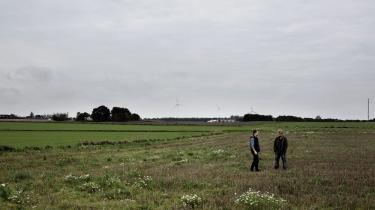 Anders Rask og Søren Vester står på en stubmark nær landsbyen Thise i Salling. Området er af myndighederne blevet udpeget som et af seks lokaliteter, der dybt nede i undergrunden kan rumme et slutdepot for lav- og mellemradioaktivt affald fra Risø.