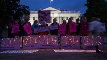 Antikrigsaktivister prote-ste-rer foran Det Hvide Hus i Washington mod de amerikansk ledede bombeangreb mod Islamisk Stats tilholdssteder i Syrien og Irak. Hvorfor er Nobels fredsprisvinder, Obama, gået i krig, spørger de?