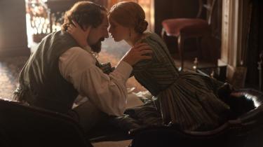 Ralph Fiennes er en beleven og glimtende Dickens, mens Felicity Jones begaver sin Nelly Ternan-inkarnation med dæmningens enorme vandmasser af tilbageholdte følelser.