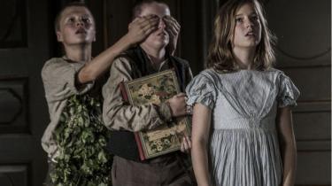 Med uskyldsren tidløshed løber børnene, der spiller de to 1864-brødre Peter (Benjamin Holmstrøm Nielsen) og Laust (Sylvester Byder), og godsforvalterens datter Inge (Fanny Leander Bornedal), rundt i engene og bruger deres sanser og finder en plads i verden.