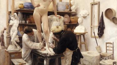 Kvinder havde indtil 1888 kun adgang til Det Kgl. Danske Kunstakademi i skikkelse af modeller. Og først fra 1924 blev der etableret fællesundervisning for begge køn i akademiets modelklasse.   Maleri: Édouard Dantan, 'Støbning efter levende Model', 1887, olie på lærred, Göteborg Konstmuseum.