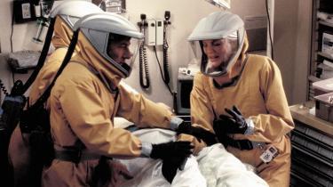 Outbreak. Også i 'Outbreak' fra 1995 af Wolfgang Petersen er det eneren, der trods uduelige myndigheder og deres skumle bagtanker til sidst får ram på sygdommen.