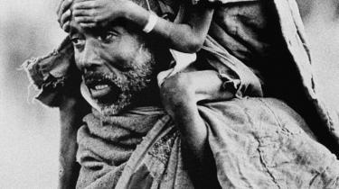 En mand bærer et udsultet barn under hungersnøden i Etiopien i 1984. Siden da har landet gennemgået en voldsom økonomisk udvikling. Men med væksten er ikke fulgt demokrati, men et styre bygget på overvågning og undertrykkelse af enhver opposition.