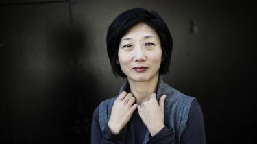Eleana Kim er koreansk-amerikaner og voksede op på USA's østkyst i 1970'erne. Hun har de sidste 15 år forsket i transnationalt adopteredes tilbagevenden til Korea.