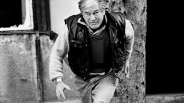 Krigskorrespondenten og forfatteren Jan Stage (1937-2003) genopstår som omdrejningspunkt for plottet i Morten Hesseldahls nye roman – en gammel ven og kollega ser tilbage på en mand, der trodsede sine indre dæmoner og blev sin periodes bedst sansende reportagejournalist