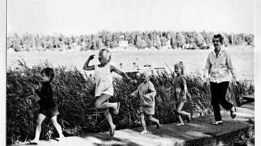 Astrid Lindgren i hælene på sine børnebørn i 1968.