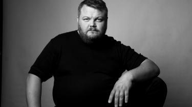 Kristian Ditlev Jensen. Født 1971. Forfatter og journalist. Har læst litteraturvidenskab på Københavns Universitet og gået på Forfatterskolen. Siden 2012 har han studeret teologi. Debuterede med 'Det bliver sagt' i 2001. Modtog debutantprisen i 2004 for romanen 'Livret'. Seneste udgivelse – inden 'Sønderjylland' – var romanen 'Opstigende Skorpion'. Under arbejdet med sin seneste bog boede han i Højer og Christiansfeld. Han bor i dag i Flensburg.