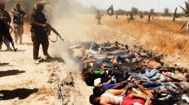 Ondskab. IS distribuerer konstant propagandabilleder som dette af egne massakrer, mens arbejdet for omverdenen med objektivt at dokumentere massakrernes forløb tager måneder. Torsdag udgav organisationen Human Rights Watch en rapport baseret på blandt andet interview med de få overlevende om massedrabet på omkring 600 fængselsindsatte fra Badoush-fængslet uden for Mosul den 10. juni. Fangerne blev stillet på lange rækker ved en ørkenkløft og henrettet ved nedskydning med automatvåben, efter at sunnier og kristne indsatte var sorteret fra.