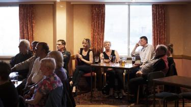 Et valgmøde i Clermiston Inn i Edinburgh op til folkeafstemningen om skotsk uafhængighed – meget tyder på, at skotternes politiske engagement holder ved og ser ud til at kunne få afgørende indflydelse ved næste års britiske parlamentsvalg.