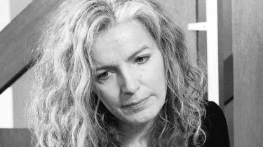 Få uger efter, at Mette Frederiksen overtog posten som justitsminister, blev ministeriets departementschef Anne Kristine Axelsson degraderet. Det var hende, der i februar 2012 var med til at konstruere den nødløgn, der for snart et år siden kostede Morten Bødskov ministerposten
