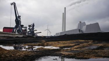Energistyrelsen venter, at 71 pct. af Danmarks elforbrug om fem år vil være dækket af vedvarende energi. Den grønne omstilling af elsektoren er i fuld gang. Her Avedøreværkets kullager - med havvindmøller i baggrunden.