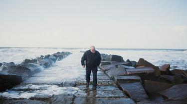 Giftskandalen ved kemikaliefabrikken Cheminova forandrede ikke bare Harboøre, men på sin vis også dansk miljøpolitik, for altid. I september 2015 blev virksomheden solgt til udlandet. Nu spørger de lokale sig selv og hinanden, hvad fremtiden vil bringe. Og hvad salget kommer til at betyde for fortidens synder, som stadig siver ud under sandet ved høfde 42