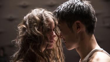 Shakespeares teenagekærester spilles ungt og desperat af Thomas Hwan og Danica Curcic i Skuespilhusets opsætning af 'Romeo og Julie'.