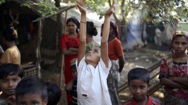 Børn fra rohingya-folket i Myanmar i en flygtningelejr uden for byen Sittwe, hvor mange muslimske rohingyaere har opholdt sig, siden de dødelige sammenstød med buddhister i Rakhine-provinsen i 2012. Mange rohingyaere lever i dag i lejre med begrænset eller ingen adgang til arbejde, sundhedsvæsen eller uddannelse.