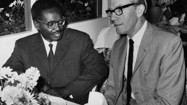 Lederen af den angolanske befrielsesbevægelse MPLA, Agostinho Neto, på besøg hos det danske socialdemokrati i 1970. Her er han til middag med partisekretær og senere udenrigsminister K.B. Andersen. Mens kolonikrigen mod Portugal rasede, var MPLA's prestige stor i Europa.
