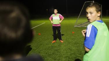 Sidste år blev bestyrelsen i fodboldklubben i Brøndby Strand IK væltet. Den nye formand og kasserer er medlem af Hizb ut-Tahrir. Lige siden har der været negativ medieomtale og lokal og politisk modvilje. Information tog til træning og kamp. Og fandt en fodboldklub, hvor det handler om – fodbold