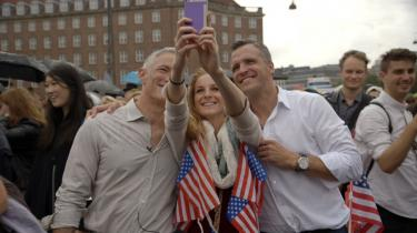 'Jeg er ambassadøren fra Amerika' er et portræt af Rufus Gifford (th), USA's ambassadør i Danmark. En mand, der med stor succes repræsenterer de dyder, man ville ønske, at USA stod for; beleven og progressiv, altid glad for at han måtte komme, altid beæret over at få ordet.