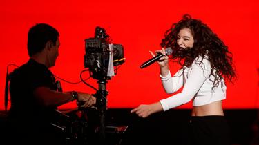 Den formidable 18-årige popstjerne Lorde har kurateret soundtracket til 'Hunger Games: Mockingjay Part 1'. I stedet for bare at levere merchandise til en film har hun skabt en højsang for en ekstraordinær kvindelig protagonist