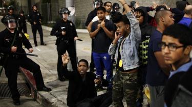 På Twitter har 'det sorte USA' taget til genmæle mod mainstreammediernes dækning af de demonstrationer, der fulgte i kølvandet på politiskyderiet i Ferguson.