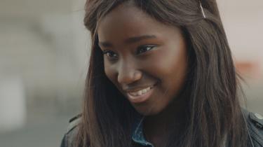 Marieme (Karidja Touré) stråler som en diamant i den parisiske forstadsbeton i 'Girlhood'. En film, som viser, hvor store omkostninger det kan have for en ung kvinde at gøre lige netop dét