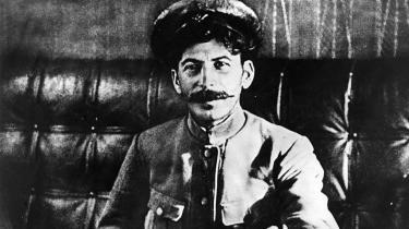 Den unge Stalin. Josef Stalin i revolutionsåret 1917. Stephen Kotkin afviser, at det allerede på det tidspunkt kunne anes, hvilken koldblodig diktator den georgiske skomagersøn ville udvikle sig til.