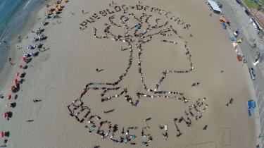 En stor gruppe oprindelige folk fra Sydamerikas jungleområder dannede i går et stort indianerhoved på stranden i Lima. Teksten siger: 'Folk og rettigheder - levende skove'  i anledning af COP20 i Peru, der slutter i denne uge.