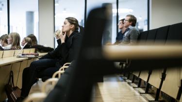 'Ledelsen skal tænke strategisk og langsigtet og ogås have en føling med, hvad der sker i undervisningsmiljøerne, men vi kan jo ikke forvente af dem, at de har den detailviden, som det kræver at kunne regulere de enkelte fag. Selvfølgelig skal det være studienævnene, der har hånd i hanke med studierne,' mener professor Nanna Mik-Meyer, forsker i organisations- og arbejdssociologi på CBS.