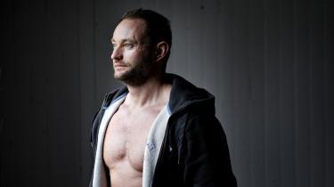 Information fortalte mandag om den indsatte Mikael Pedersen, som i februar 2013 blev opereret for en diskusprolaps. I næsten to år har han sovet på gulvet og tisset i søvne, men han har endnu ikke modtaget den genoptræning, han har brug for. Nu skal han måske igennem en ny operation, der risikerer at gøre ham lam.