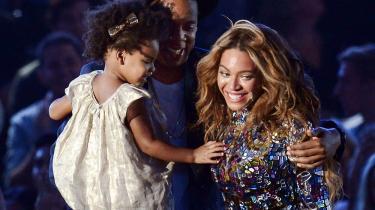 Berømtheder fremviser deres moderskab som aldrig før: Sangerinden Beyoncé (t.h.) på scenen 2014 MTV Video Music-prisuddelingen sammen med sit barn, Blue Ivy, og hendes mand, Jay Z i Los Angeles.