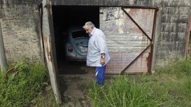 Enkelt. Hvis jeg begyndte at omgive mig med en masse ting, ville jeg også skulle bruge tid på at vedligeholde dem, og det ville tage tid fra vigtige ting, siger præsident Jose Mujica, her fototgraferet foran den præsidentielle garage.