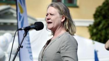 SVT ventede med at programlægge den politiske dramaserie 'Blå Ögon' til efter det svenske valg i september. Tre dage efter første afsnit blev sendt i december, blev der uventet udskrevet nyt valg. Det har sat gang i den svenske debat om politik i public service drama og forholdet mellem fiktion og virkelighed