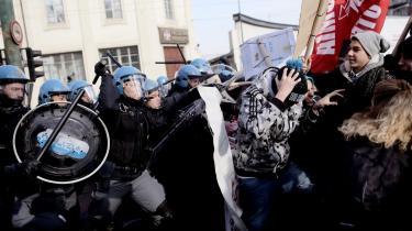 Politi og demonstranter slås i Torino under fredagens generalstrejke i Italien. Fagforbundene er utilfredse med en arbejdsmarkedsreform, der afskaffer arbejdernes beskyttelse mod uretmæssige fyringer.